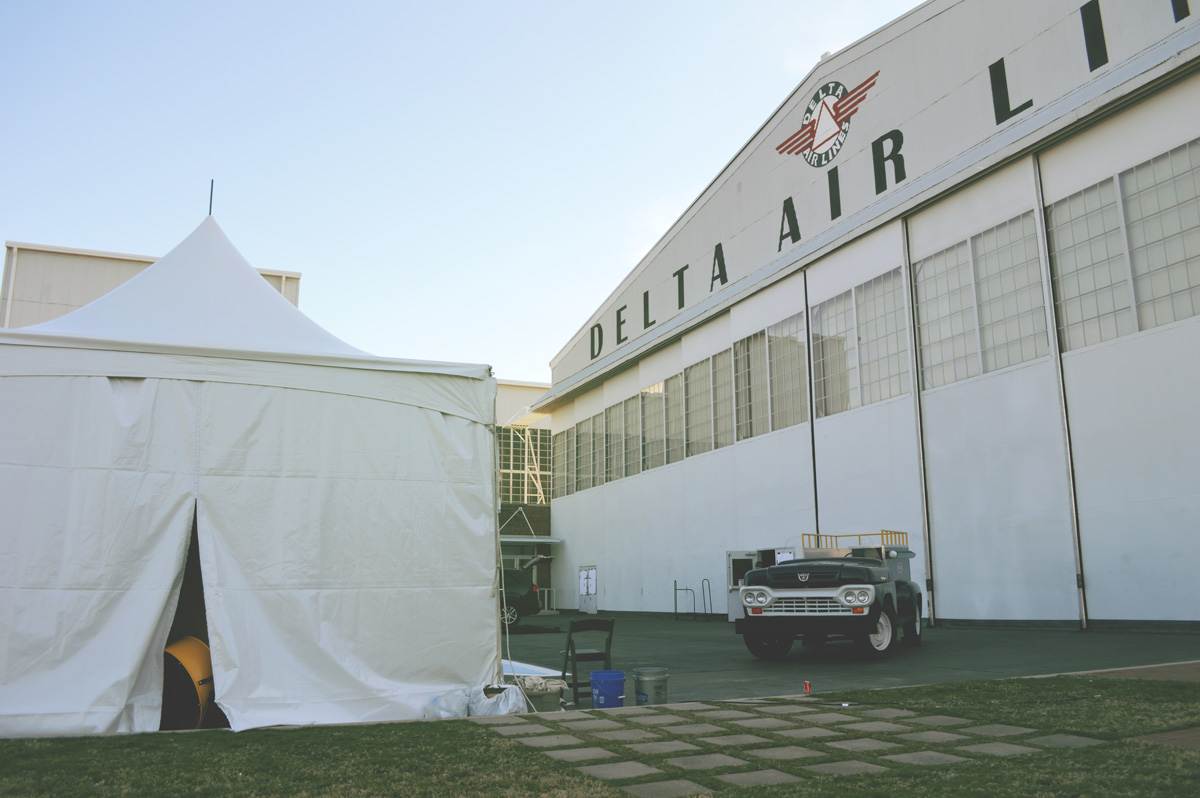 delta-airlines-flight-museum---painting-in-tent